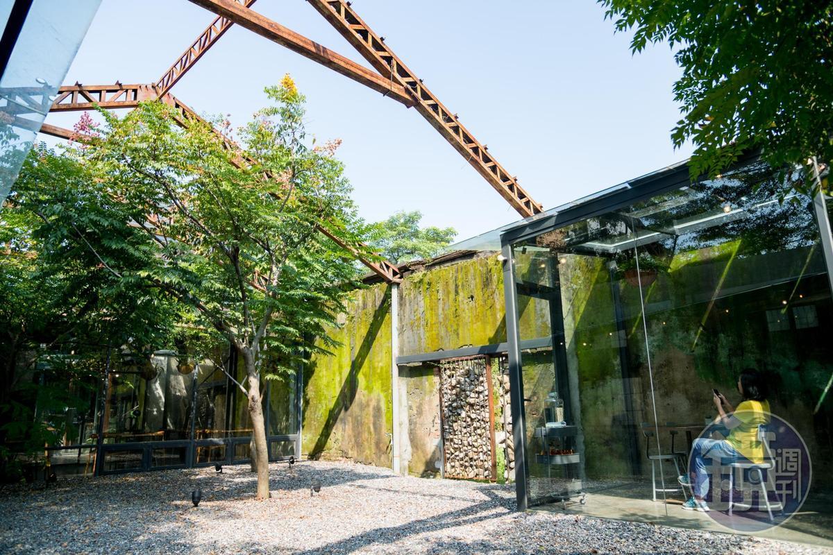 只留下屋架的「驛前大和頓物所」,中庭可享受南台灣溫暖陽光。