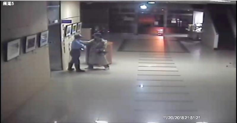 顏男出拳攻擊選委會保全的動作拳被監視器所錄下。(警方提供)