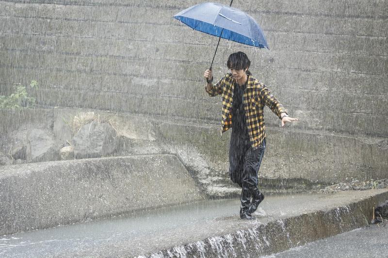 劉以豪在大雨滂沱中演出落水戲。(歐銻銻娛樂提供)