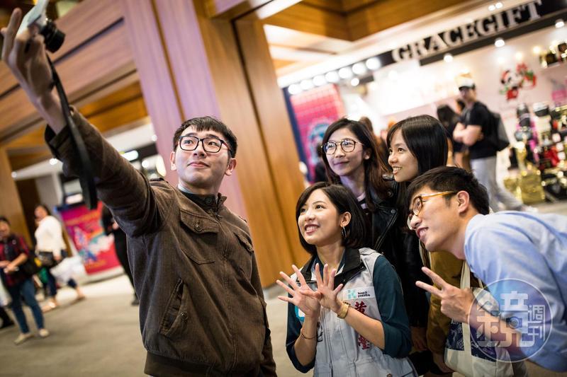 《BBC》以柯文哲幕僚黃瀞瑩以「國民學姐」之姿爆紅的現象為例,分析台灣選情走向綜藝化與娛樂化。