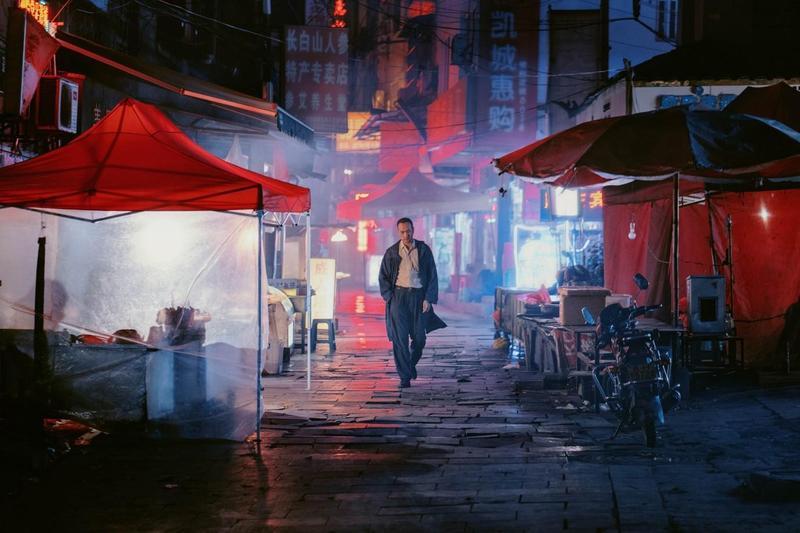 畢贛執導的《地球最後的夜晚》,繼《路邊野餐》後再度以貴州凱里為背景,台灣的華文創也參與投資。(金馬執委會提供)