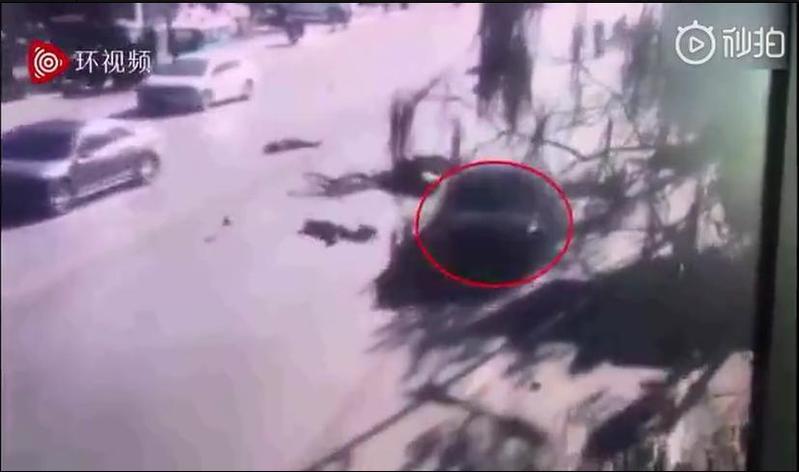一輛奥迪超速逆向通過校門口,駕駛衝撞小學生後又駕車逃逸。(翻攝畫面)