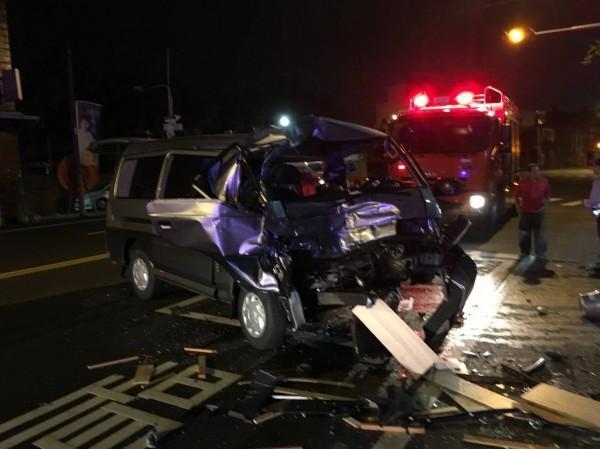 男子邊開車邊打瞌睡,肇事廂型車車頭全毀。(警方提供)