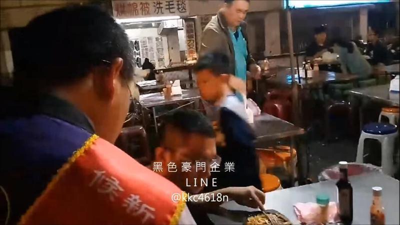 市議員候選人李忠寶昨日到夜市拜票,卻遭人毆打。(翻攝畫面)