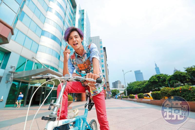 阿翔在台北市區跑通告,不開大車,愛騎鐵馬。