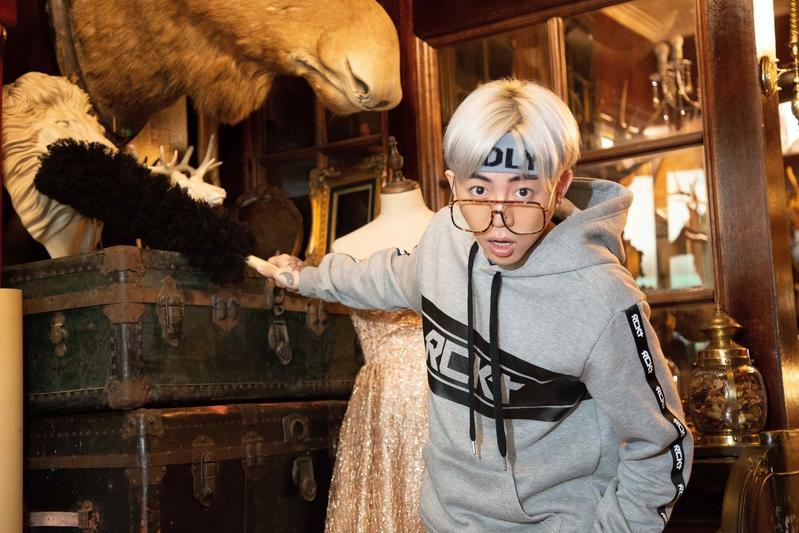 謝和弦在〈像水一樣〉MV中,化身崇拜李小龍的古董店宅男店員。(華納唱片提供)