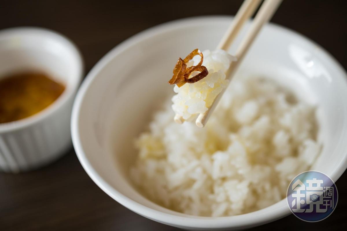 先吃一口白飯品味池上米的原味後,再淋上雞油蔥頭品味另一種滋味。