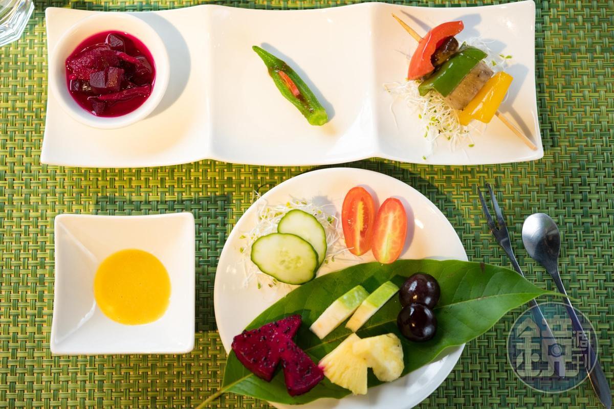 以水果、沙拉、串燒為前菜。