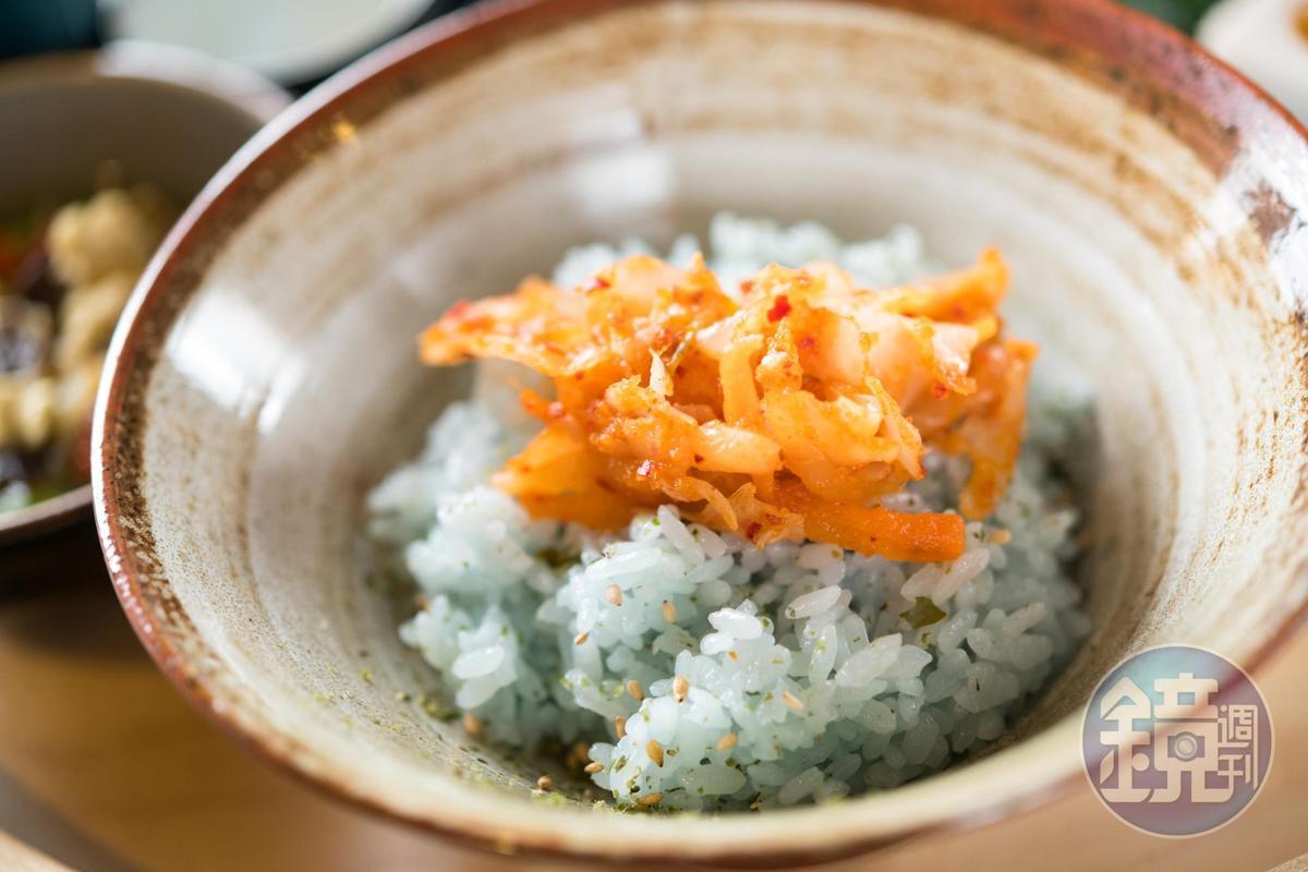 以蝶豆花煮食的米飯加上精緻菜餚而成。