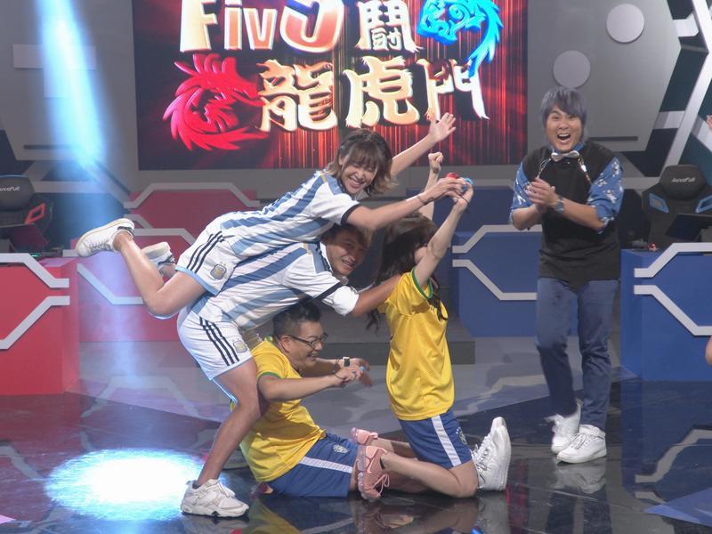 沈玉琳(中下)、陳瑀希(右2)、KID(左2)和李懿(左)使出組合技「人體腳踏車」,畫面超經典。(狼谷競技台提供)