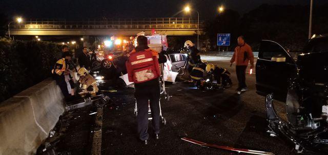 國道湖口路段今發生嚴重車禍,一名國道警察遭受重傷仍未脫離險境。(翻攝畫面)
