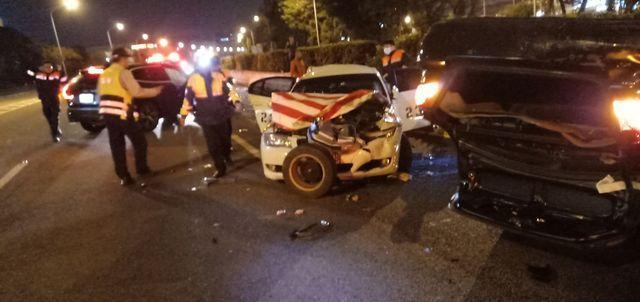 後方休旅車高速追撞,警車車頭都被撞凹。(翻攝畫面)