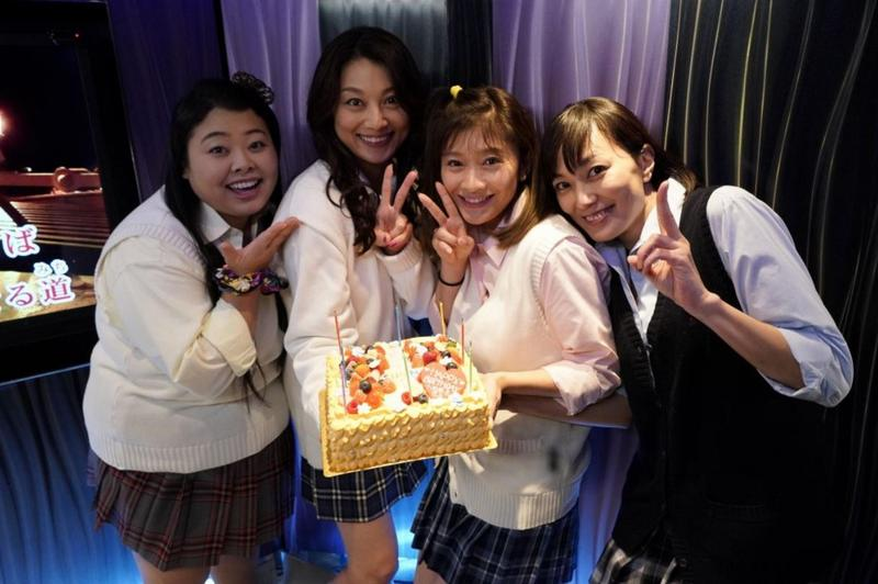 日前篠原涼子和成人版「Sunny」的成員渡邊直美、小池榮子和板谷由夏,一起扮高校制服辣妹回味青春。(Catchplay提供)