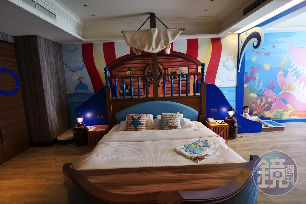 「海洋冒險」房型,床頭後方就是溜滑梯。