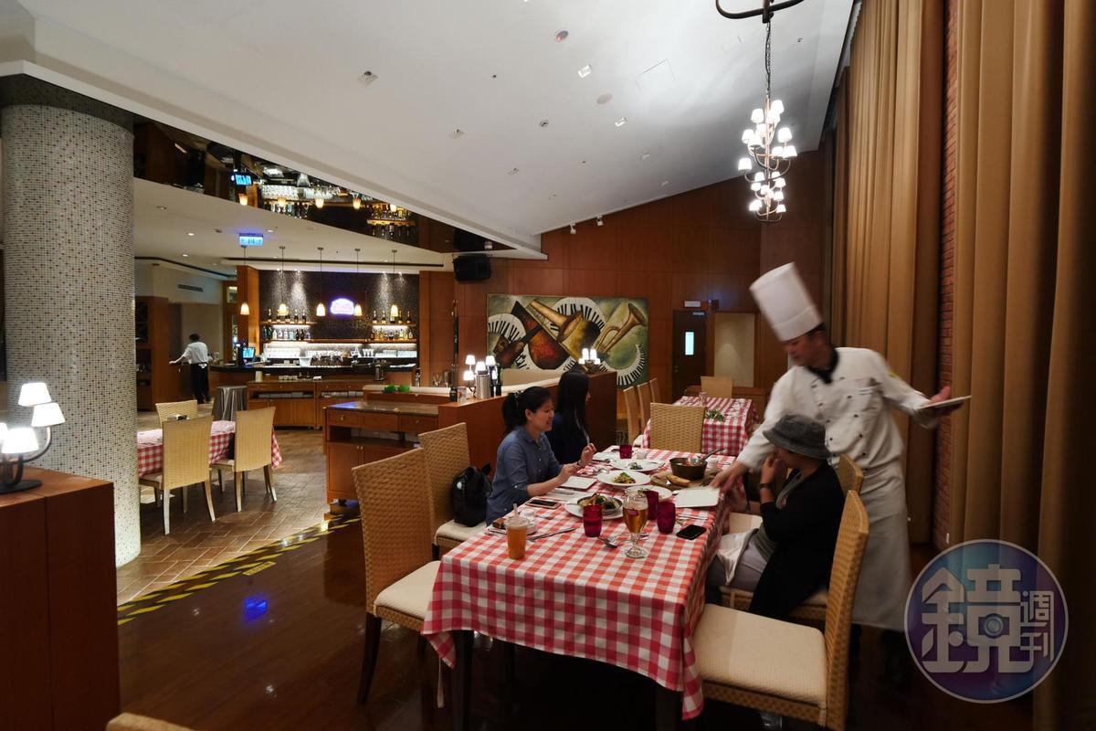 義大利餐廳內部空間寬敞,晚上用餐很舒適。