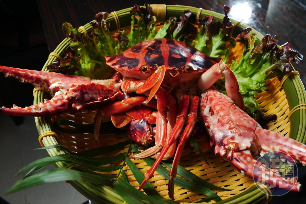 秋季是品嚐螃蟹的最佳時刻,清蒸大花蟹豪邁上桌。