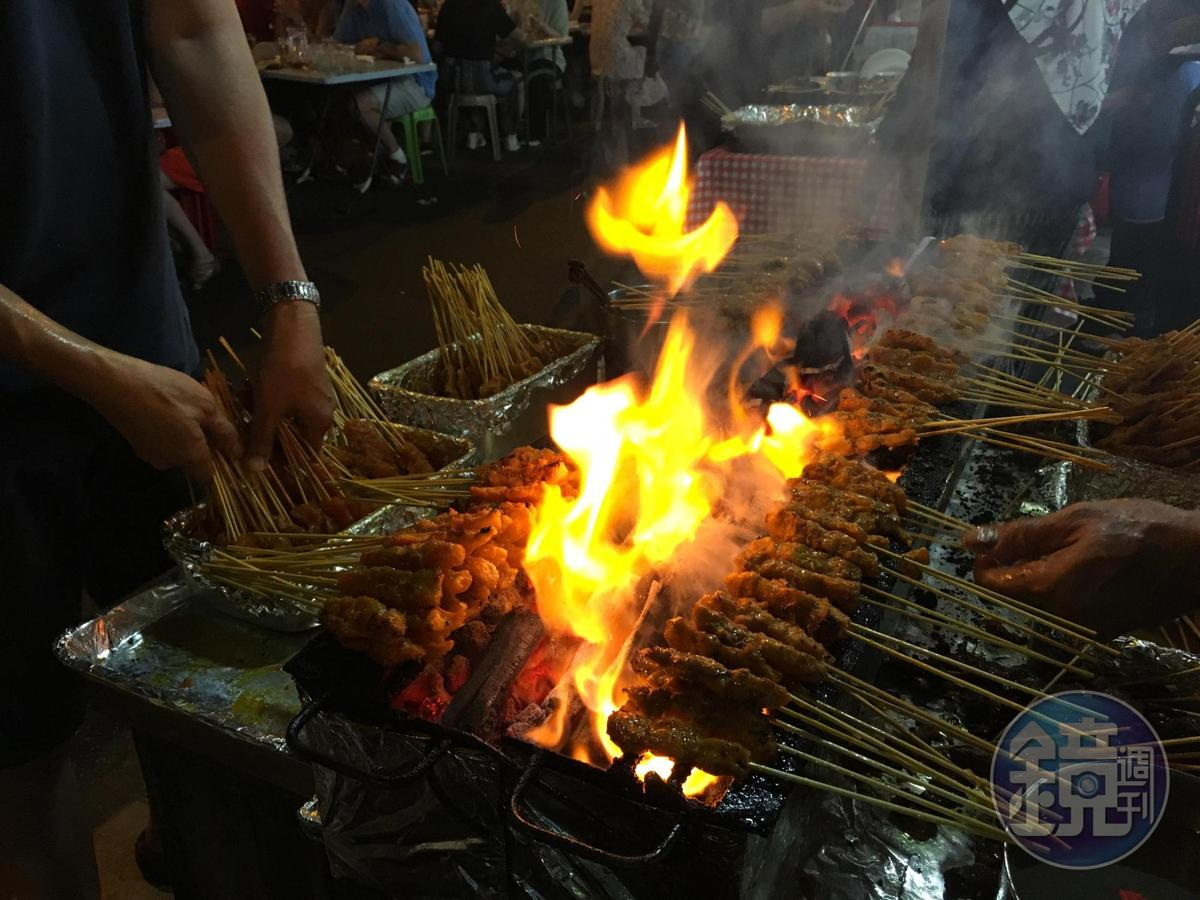 直火炭烤的肉串,香氣勾人。