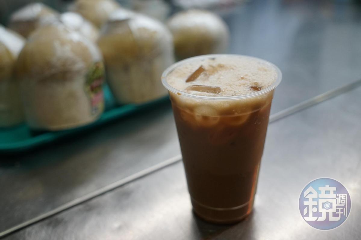 「Teh Tarik」喝起來有濃濃茶味,不會太甜膩。(2元新幣,約NT$45/杯)