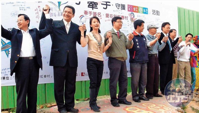 林株南(左1)與文化局長葉樹姍(左2)、立委黃國書(左3)等人,參與守護彩虹眷村活動。(讀者提供)