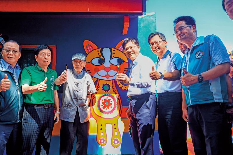市長林佳龍請彩虹爺爺黃永阜擔任花博代言人,盛讚他是「台中的寶貝」。(台中市政府提供)