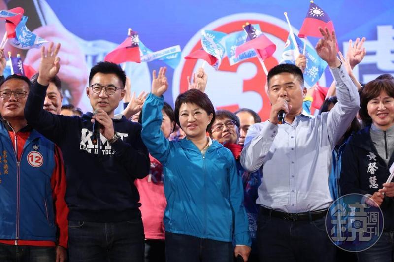 台中市長選舉,藍營的盧秀燕(前排左3)以黑馬之姿,擊敗尋求連任的民進黨林佳龍,盧從省議員、立委到市長7連霸,堪稱「不敗女王」,也成為台中市升格後首位女市長。