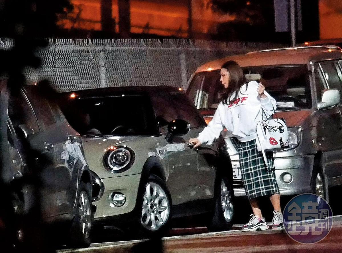 11月18日,23點41分,小甜甜小心翼翼地將自己的百萬新車停在中天電視台旁,準備去錄影。