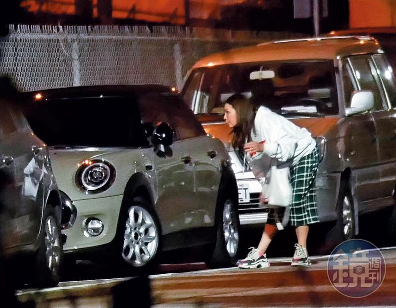 11月18日,23點42分,停完車後小甜甜仍不斷向內察看,感覺很放心不下車子停在路邊。