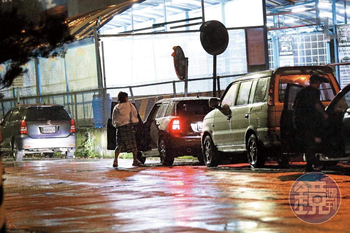 11月19日,01點43分,小甜甜錄完影後,約近凌晨2點才收工開車返家。