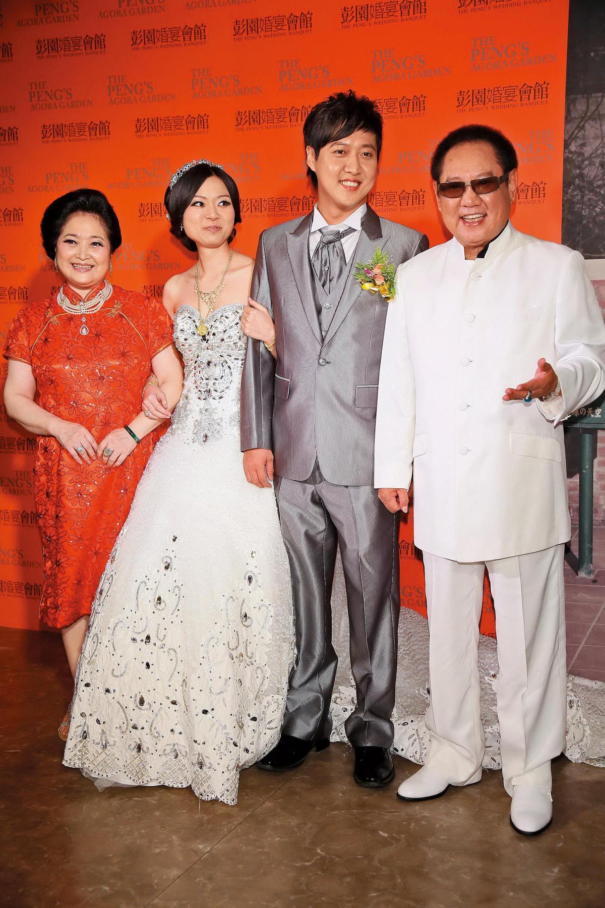 2013年,馬如龍(右一)與沛小嵐(左一)2人的小兒子黃士庭(右二)結婚,席開72桌宴客。(東方IC)