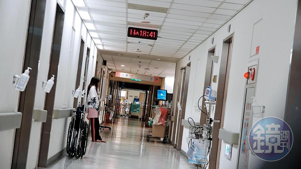 11月17日18:41,馬如龍被目擊現身新光醫院,而且身上插管坐著輪椅,女兒黃聖雅也在醫院探視。