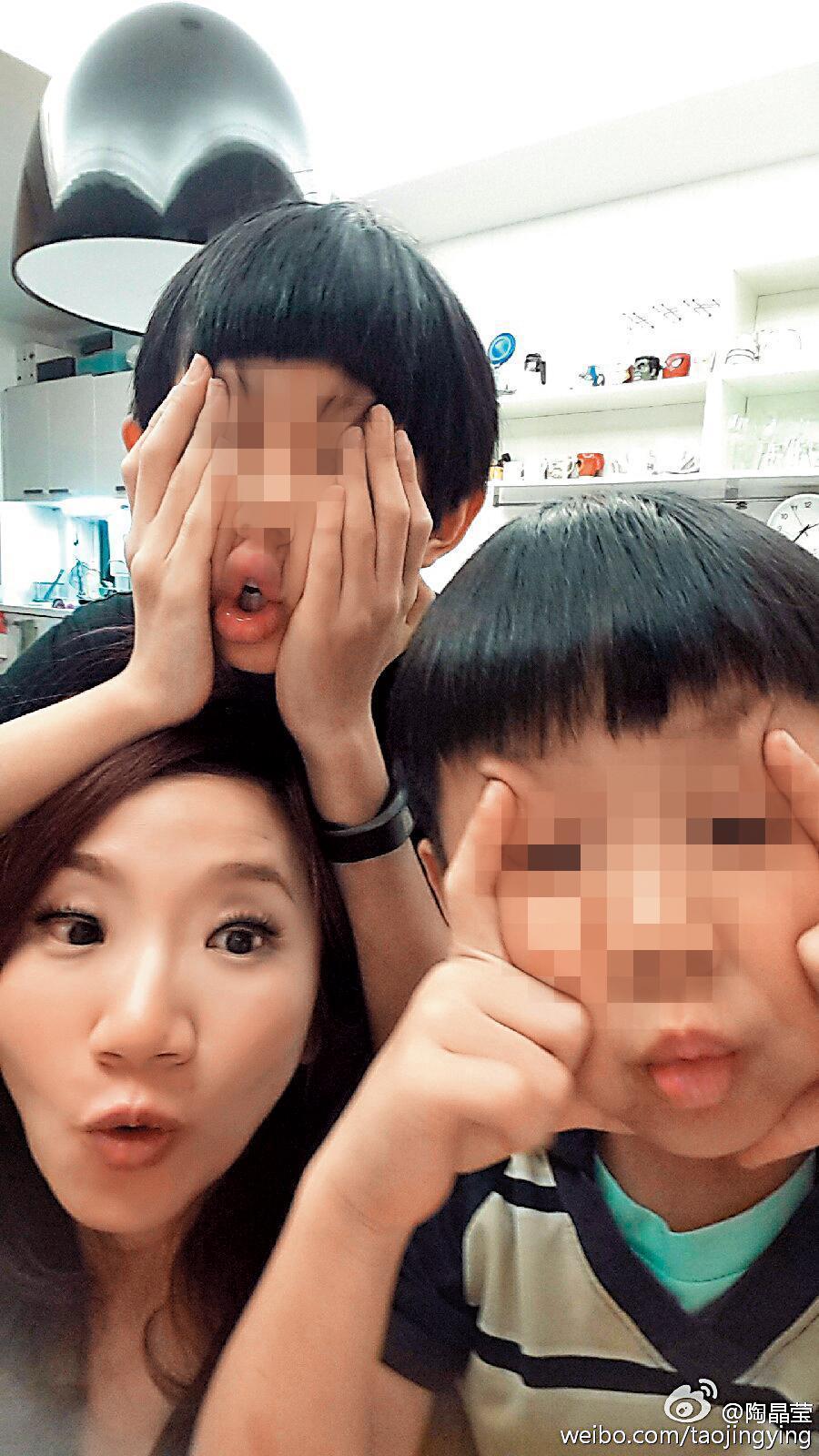 陶子育有荳荳與李小龍一對兒女,據悉她打算舉家移居上海,並讓兩個孩子也在當地就學。(翻攝自陶晶瑩微博)
