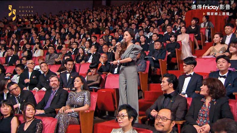 陶子在頒獎典禮上介紹評審團,卻沒有介紹主席鞏俐,引發對岸酸民不滿,認為陶子瞧不起鞏俐。(翻攝自Friday影音)