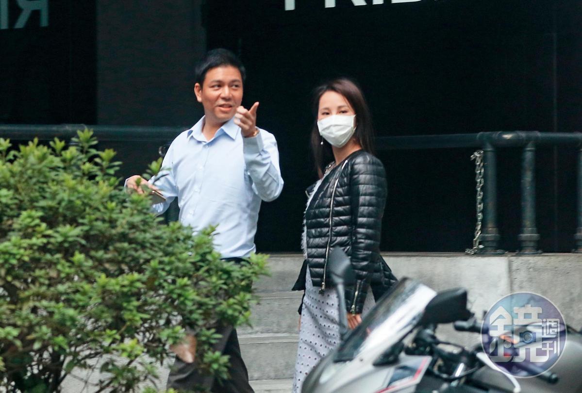 11月20日14:51,一身白領裝扮的顏志宇,配上戴口罩的張齡予,其實乍看之下還算郎才女貌。