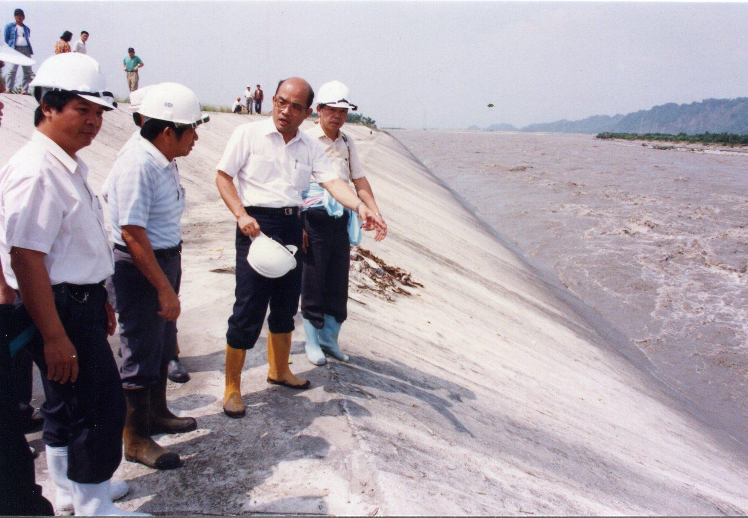 1992年,擔任屏東縣長時期的蘇貞昌在地方上巡察。(蘇貞昌提供)