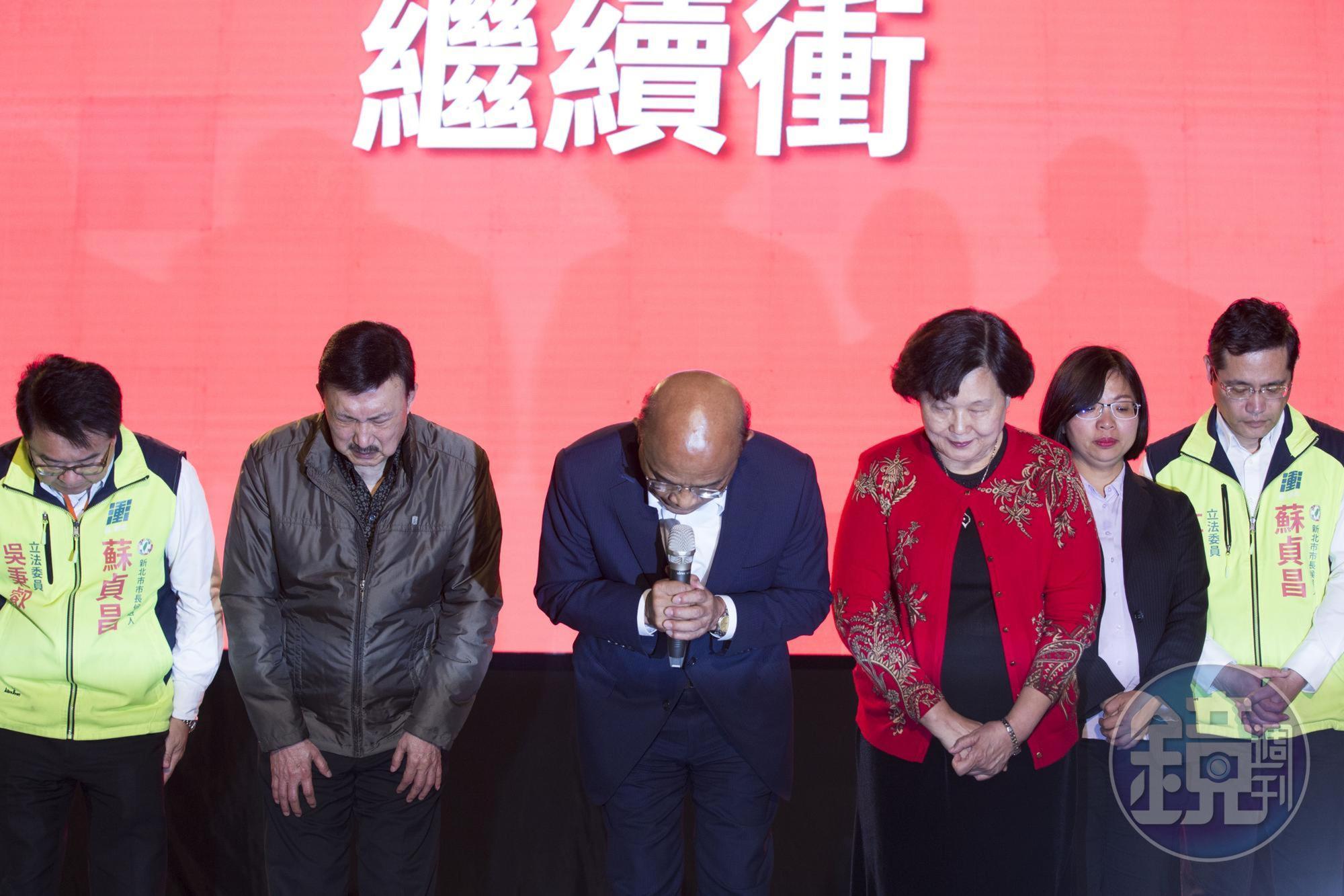 開票之夜,蘇貞昌發表落選感言,在台上深深一鞠躬,不忘鼓勵人民要持續對台灣的民主與未來懷抱信心。