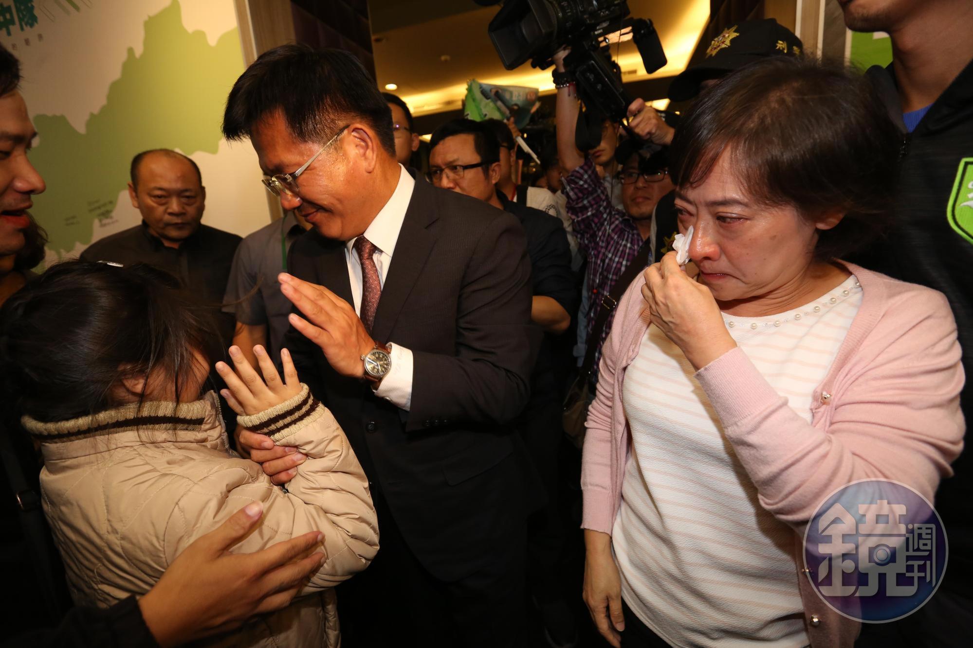 林佳龍發表敗選感言後,妻子廖婉如痛哭拭淚,兩人在支持者加油聲中離場。