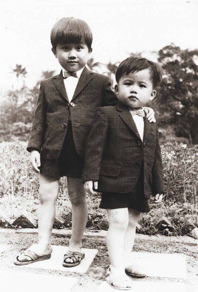 林佳龍(左)出身裁縫家庭,習慣穿著合身西裝,曾被認為是國民黨特務。(林佳龍提供)