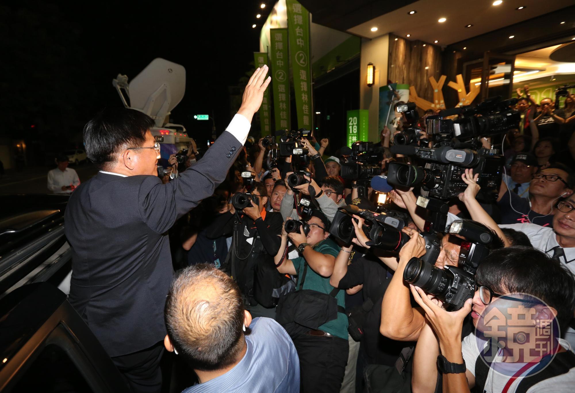 敗選後,林佳龍快步離場走上座車,關門前臨時轉身揮手,回應支持者的加油聲。
