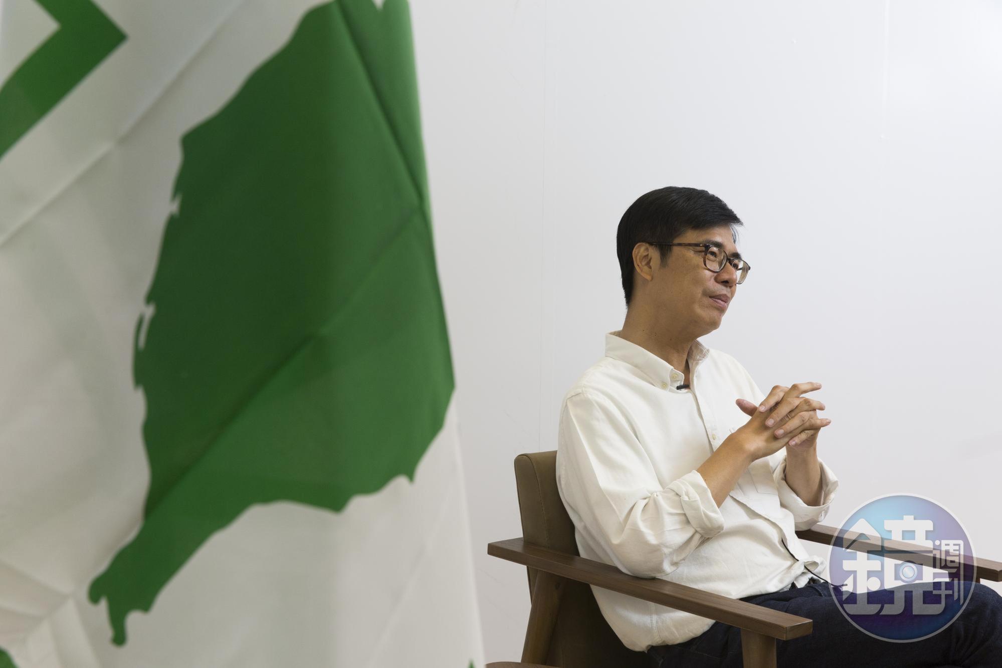 陳其邁總是一席白色襯衫、牛仔褲,形象理性清新,他不易顯露情緒,但焦慮時會摳手指,大拇指指緣都已摳到脫皮。