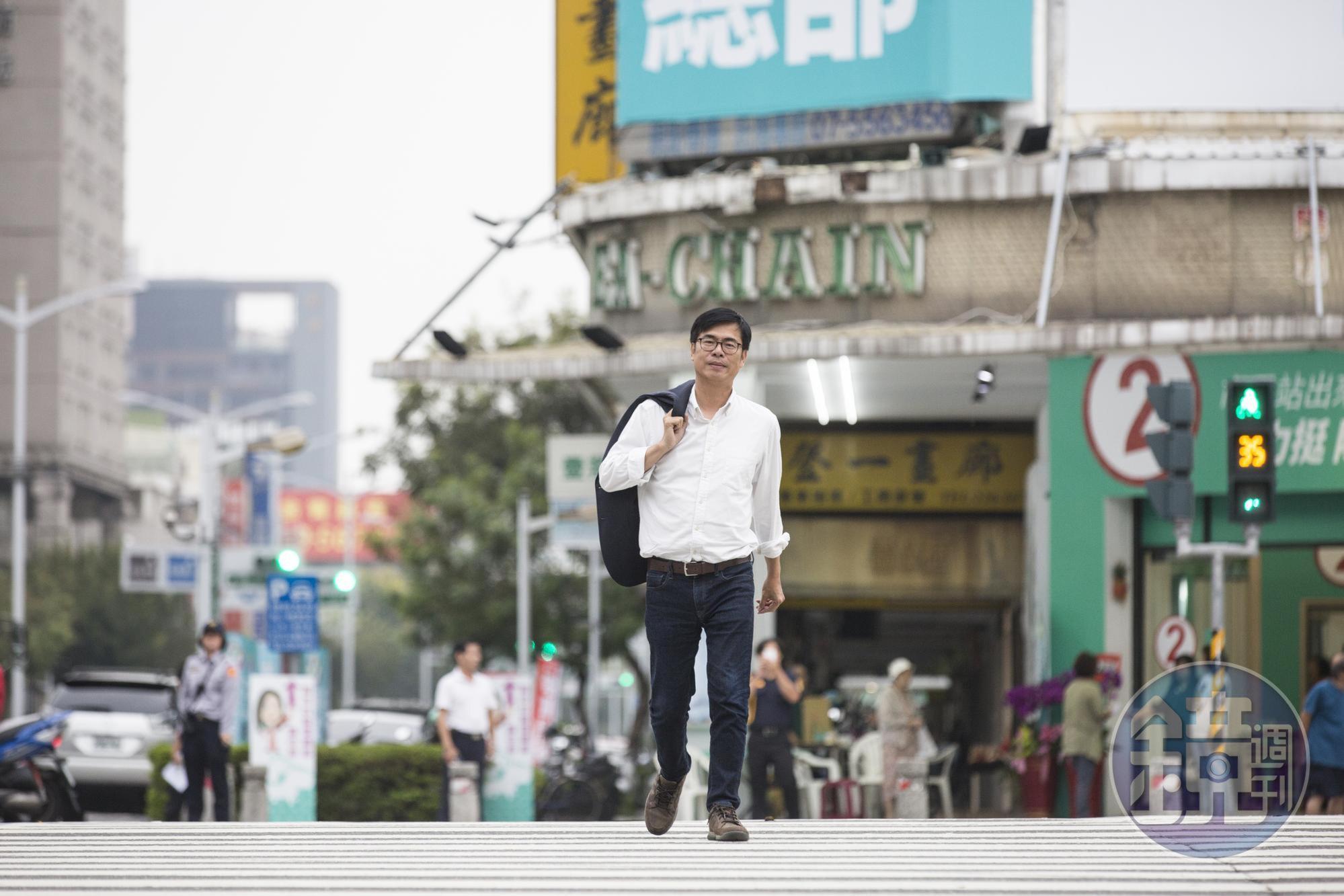 選舉前,陳其邁接受本刊訪問,應攝影要求散散步,他已許久不曾輕鬆地走在高雄街頭。
