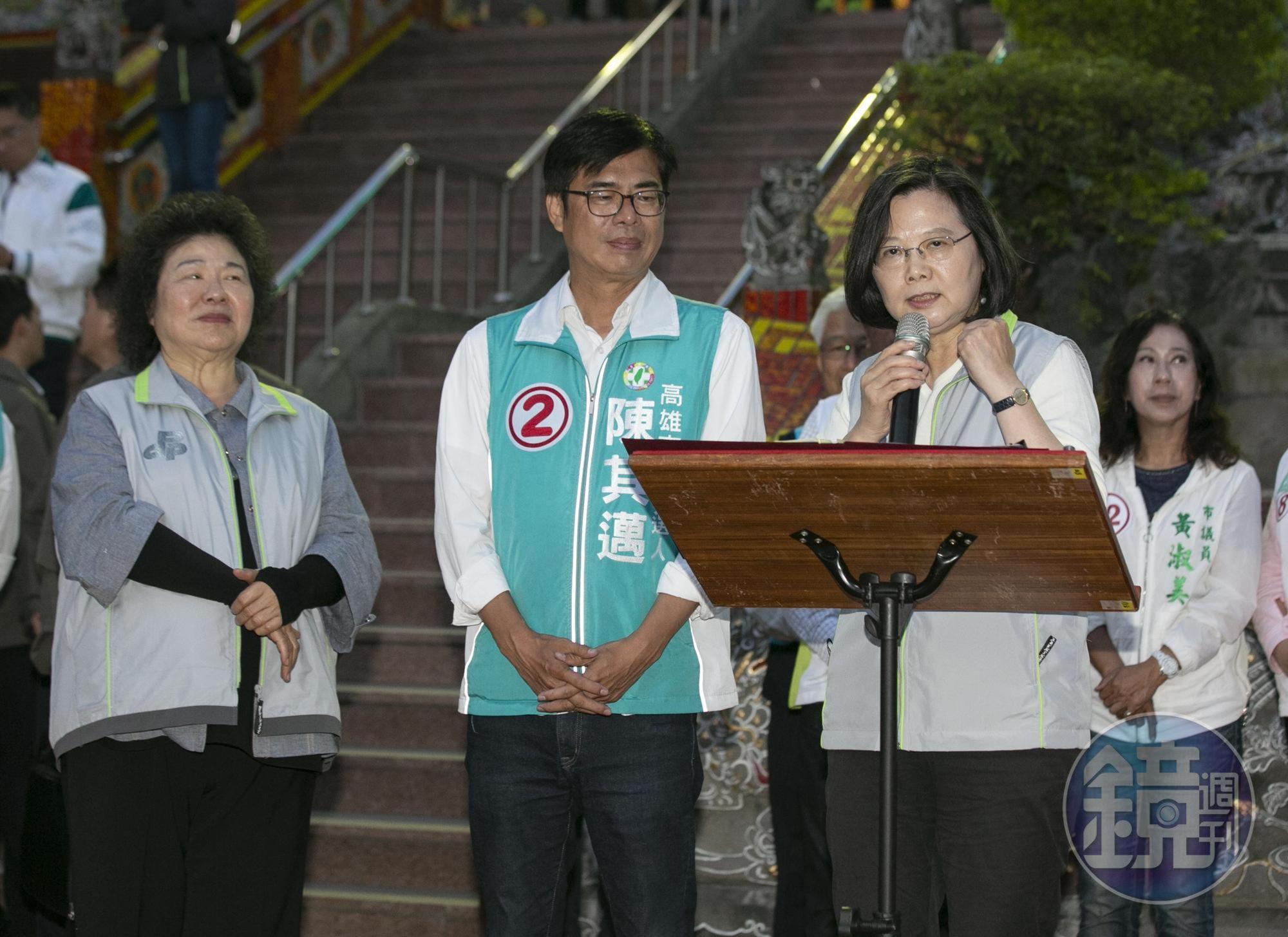 面對突然爆發的韓國瑜潮流,民進黨傾全力回防高雄,總統蔡英文(右)、總統府祕書長陳菊(左)數度南下輔選,但高雄仍綠地變藍天。