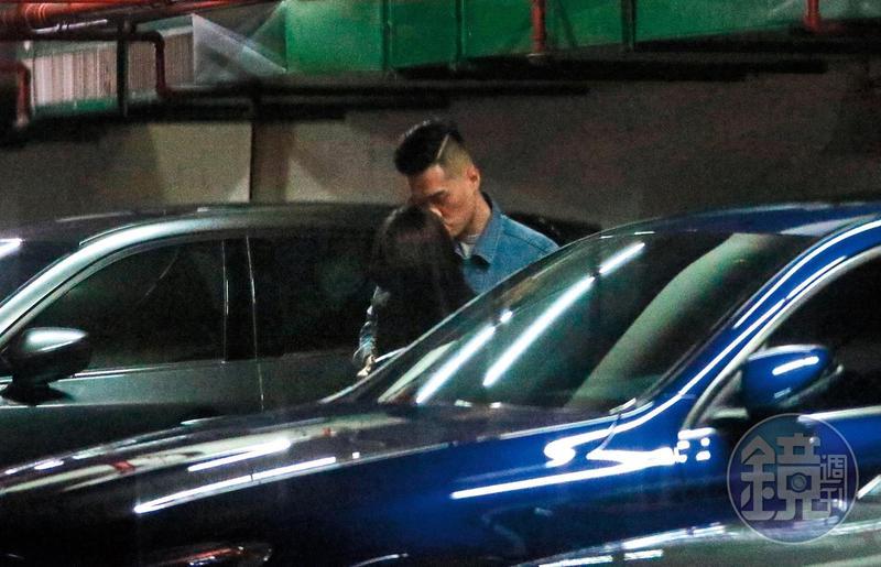11月18日20:29,選在停車場的車間親親,藍賓男跟張齡予感覺因為四下無人,才有了唇交欲望。