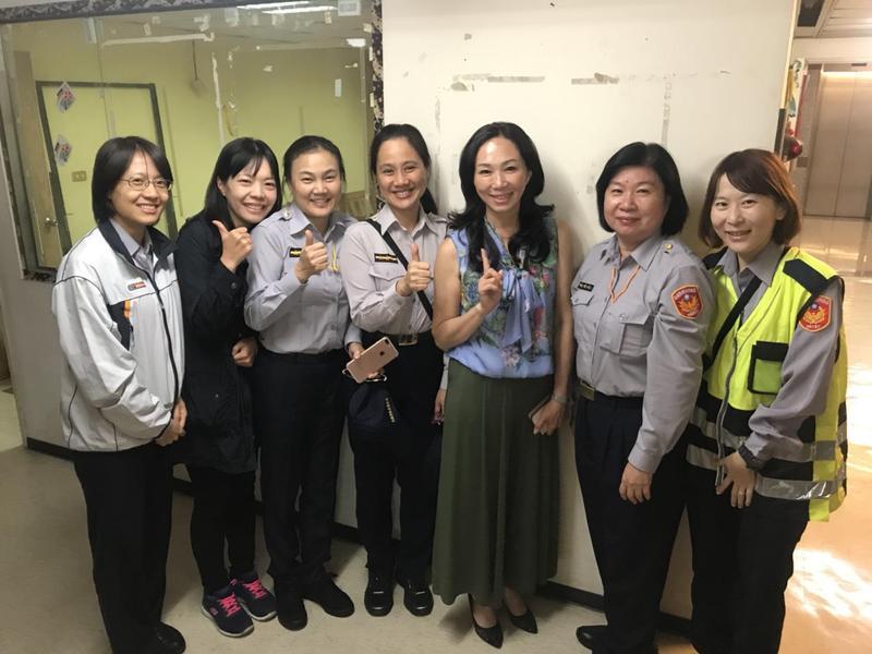 員警希望跟準市長夫人合照,李佳芬也大方同意與保護國民黨總部的員警合影。(警方提供)