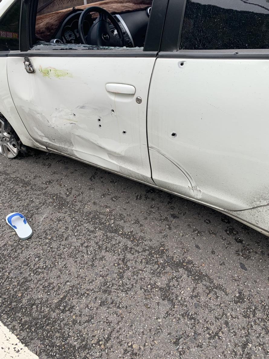 警方共開了22槍,潘嫌的白車上滿滿都是彈孔。(翻攝畫面)