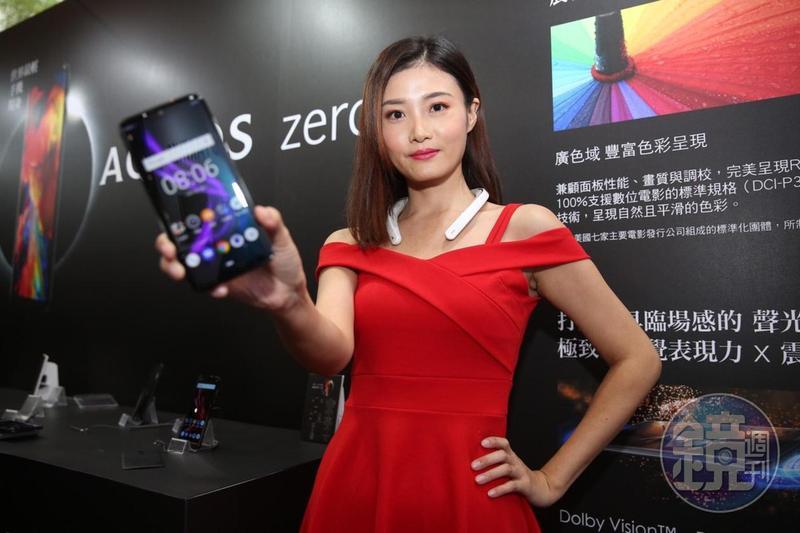 夏普AQUOS zero旗艦手機,是全球最輕的6吋以上大螢幕手機,並首次搭載自家OLED面板。