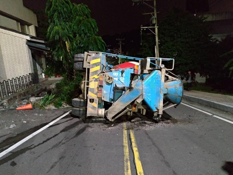 混泥車失控狂飆,還撞上一旁民宅。(翻攝畫面)