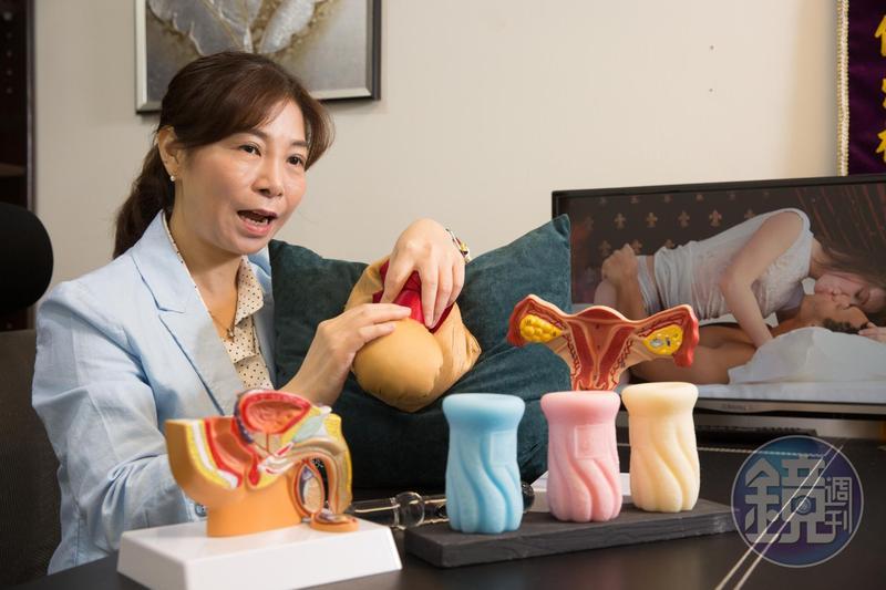 童嵩珍是華人世界第一個專業性治療師,採真槍實彈觀察,幫性障礙者找出問題。