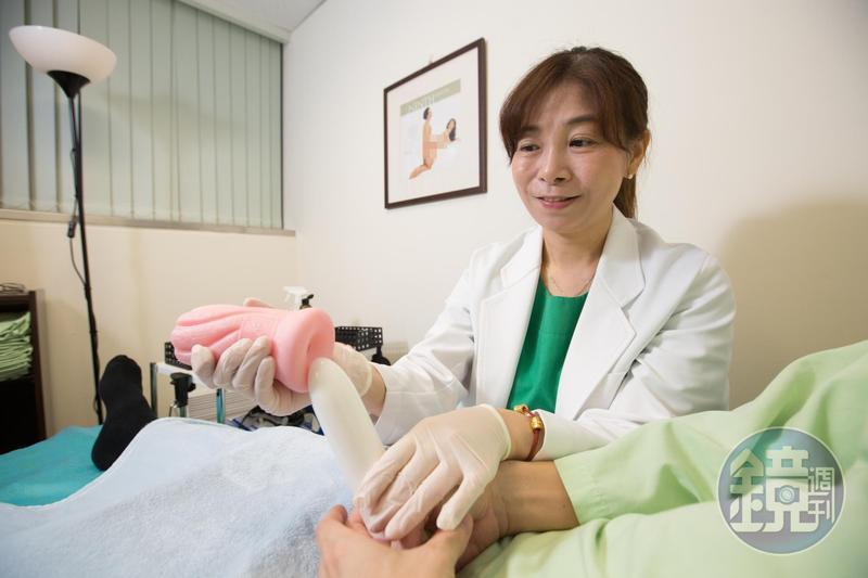 本來是高雄榮總護理師的童嵩珍,因為撞見病患打石膏、吊點滴也要做愛做的事,決定去念人類性學研究所,鑽研這門學問。