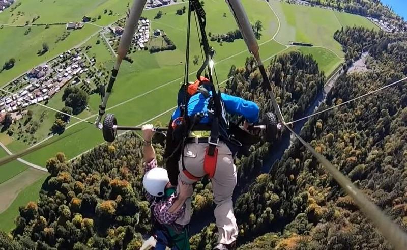 男子一手抓住金屬桿,另一手則抓教練的腳,防止自己從高空墜落。(翻攝自Gursk3 YouTube頻道)