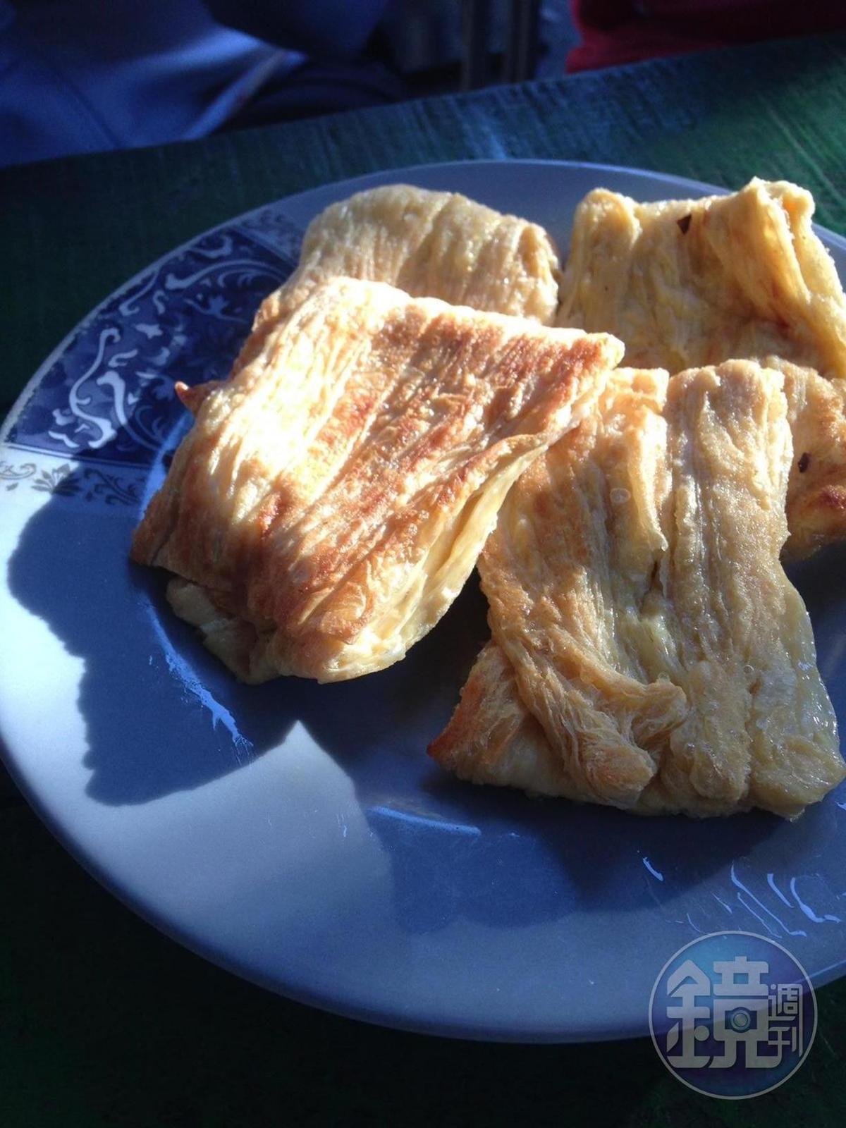 「大池豆皮店」每天清早手工製作豆皮,是蔣勳駐池上藝術村多年來的散步美食。